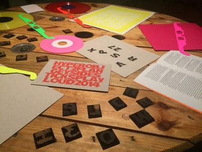 Roc Jiménez de Cisneros presenta 'Algo fluorescente', una instalación centrada en la experiencia de la deformación de sonidos