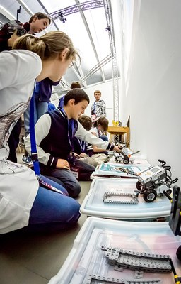LABoral Centro de Arte organiza, para el público infantil, campamentos de verano de robótica y un taller para construir juegos de mesa utilizando impresión 3D